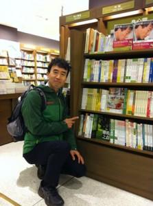 台北市内の書店で、翻訳された著書を前に。
