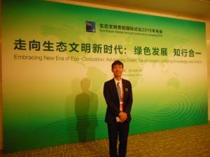 国際フォーラム会場での上原理事長。テレビニュースにも出演されました。