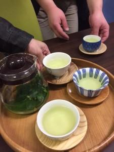 ヤマグワの生葉にお湯を入れてしばらく待つと、即席の桑茶が楽しめます!