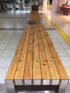 木のベンチ(広島空港ロビー)
