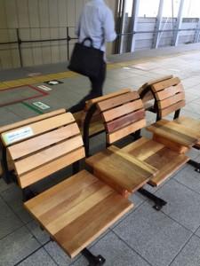 木のベンチ(JR長野駅 新幹線ホームのベンチ)