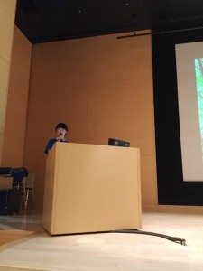 「森林と健康 シンポジウム」第一部司会:徳田友紀さん(東京農業大学・森林総合科学科3年)